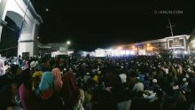 Masyarakat memadati halaman depan Rumkital Dr. Ramelan untuk Ngaji Bareng Cak Nun dan KiaiKanjeng