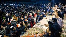 Dipimpin salah satu perwakilan Aremania, jamaah menyanyikan Salam Satu Jiwa diiringi KiaiKanjeng di awal Sinau Bareng.