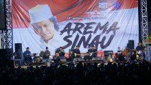 KiaiKanjeng menyapa Aremania dengan Shalawat. Foto: Adin.
