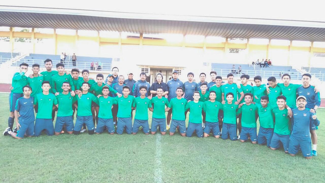 Pasukan Coach Indra Sjafri ditengok Cak Nun saat latihan di Lapangan UNY sore tadi.