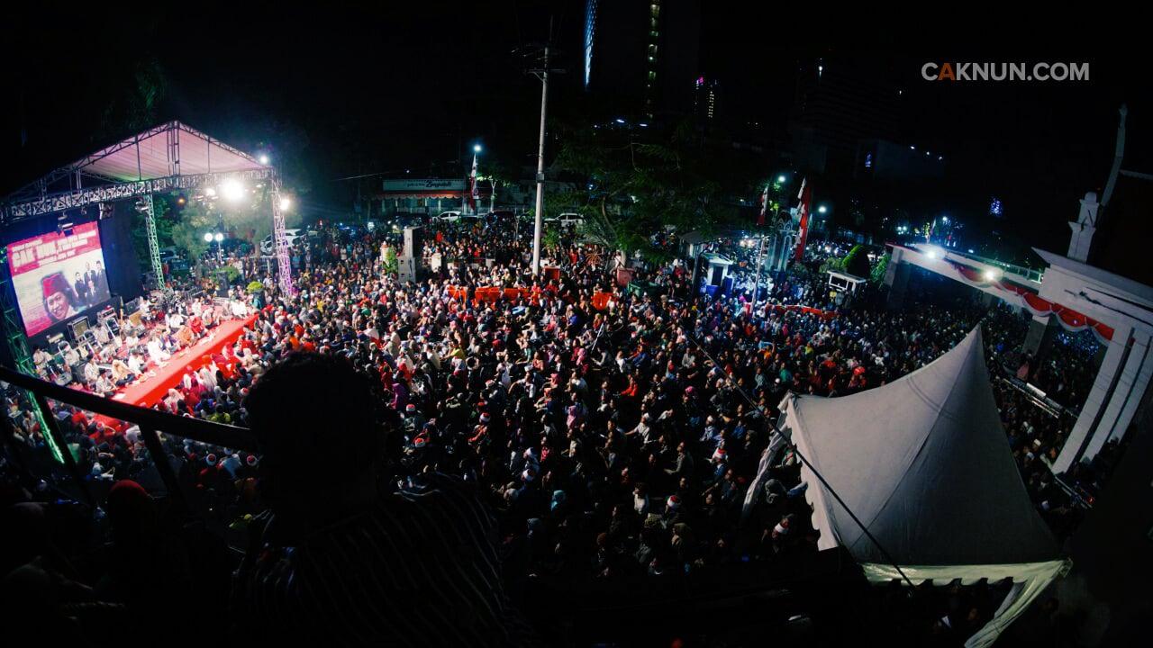 Area Balai Pemuda hingga DPRD Kota Surabaya penuh padat dari ujung ke ujung.