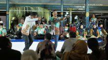 Para peserta Konferensi Keuangan Islam Tahunan Ke-2 menikmati persembahan KiaiKanjeng.