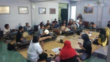 Meski sudah tak terhitung jam terbang Sinau Bareng, KiaiKanjeng tetap butuh Sinau secara internal alias ber-workshop.