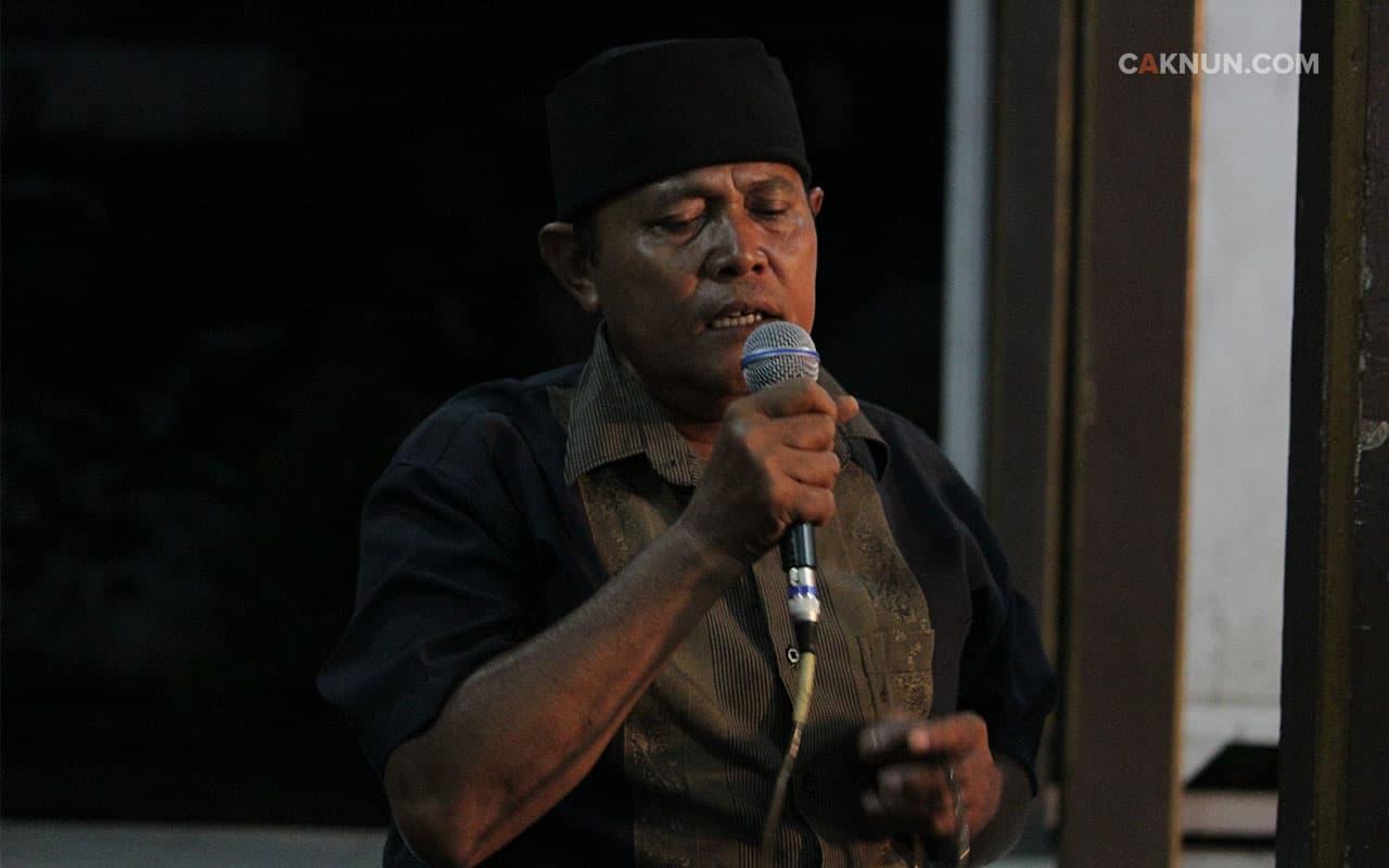 Menyanyikan lagu Pak Tani dari Koes Plus.