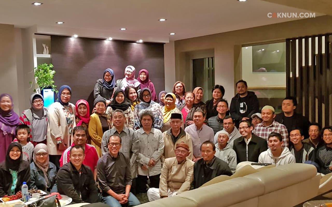 Bersama Konjen RI, pimpinan NU dan Muhammadiyah setempat, para sesepuh, dan para generasi yang lebih muda.