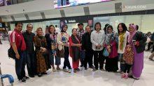 Tiba di Perth Airport, Cak Nun dan Ibu Via diisambut oleh panitia.