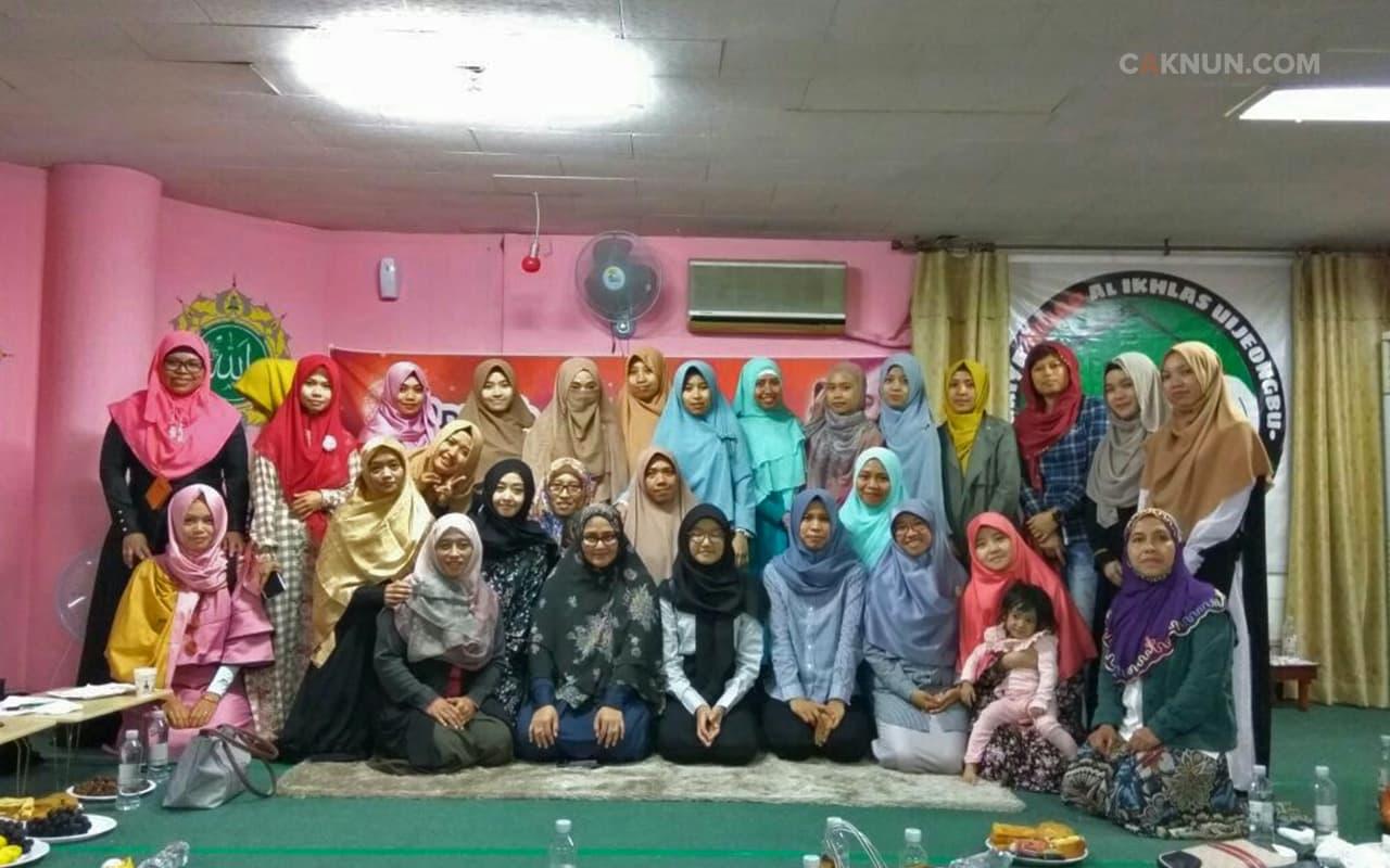 Ibu Via dan Dik Haya bersama teman-teman TKI putri di Mushalla Al-Ikhlas Uijeongbu. Foto: Patub.