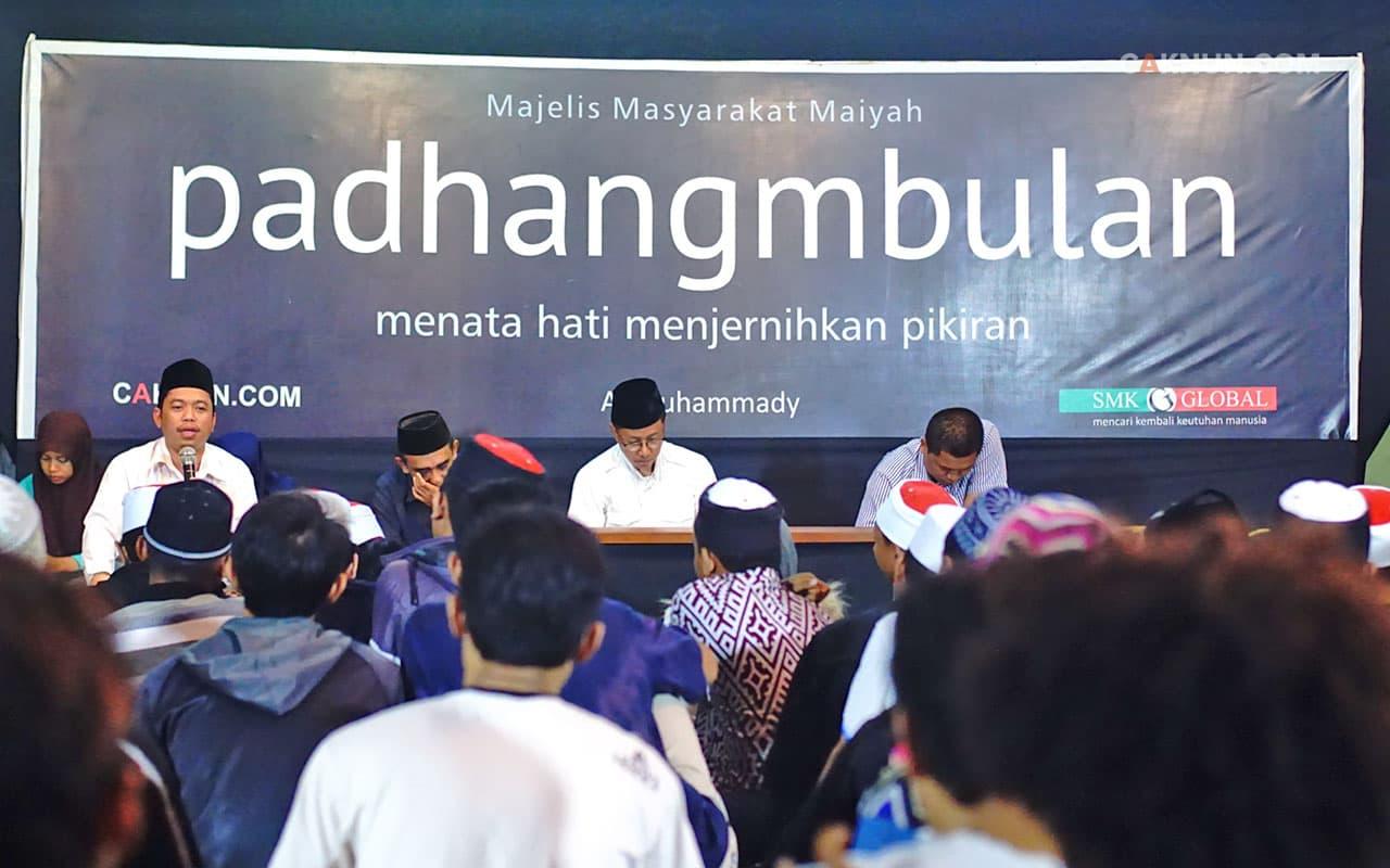 Kyai Muzammil menutuo Padhangmbulan. Foto: Hariadi.