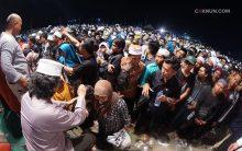 Puluhan ribu jamaah antri satu setengah jam untuk salaman dengan Mbah Nun. Foto: Adin