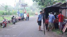 Warga masyarakat melakukan persiapan untuk Sinau Bareng