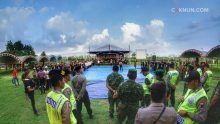 Kebersamaan Polisi, TNI, Banser, dan Linmas untuk berlangsungnya sinau bareng.
