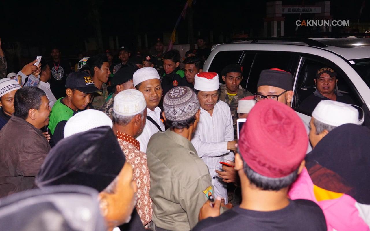 Cak Nun pun telah tiba di lokasi dan disambut masyarakat, Pak Lurah, Panitia, serta para sesepuh desa.