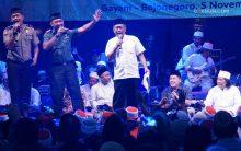 Kebahagiaan dalam kebersamaan. Camat Gayam, Dandim, dan Kapolres Bojonegoro bernyanyi bersama dalam Sinau Bareng Cak Nun dan KiaiKanjeng.