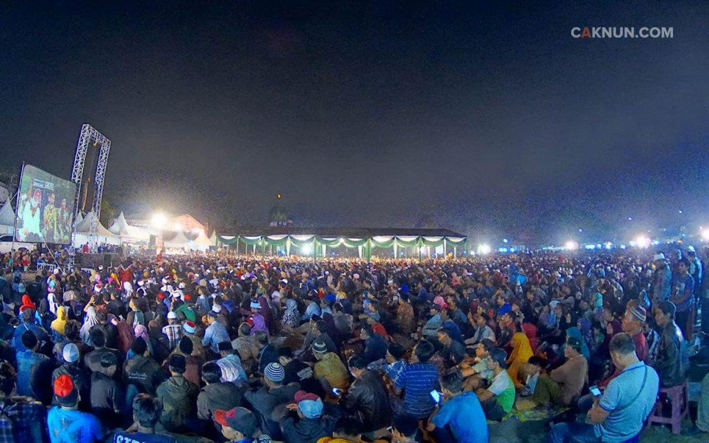 Tampaknya lebih dari dua puluh ribu orang tumplek blek Sinau Bareng Cak Nun, Sabrang, dan KiaiKanjeng, tetap bahagia hingga tengah malam di Lapangan Albatros, Juanda, Sidoarjo. (12/11)