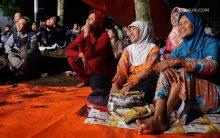 Bergembira bersama masyarakat Dusun Karanganyar, Gadingharjo, Bantul dalam Sinau Bareng Cak Nun dan KiaiKanjeng. (14/11)