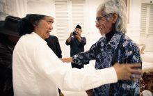 Pak Yok Koeswoyo senang bertemu lagi dengan Cak Nun.