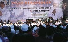 Cak Nun menyampaikan dasar-dasar Ngaji Bareng.