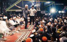 Masyarakat Tuban gembira bersama Pak Yok Koeswoyo dan KiaiKanjeng.