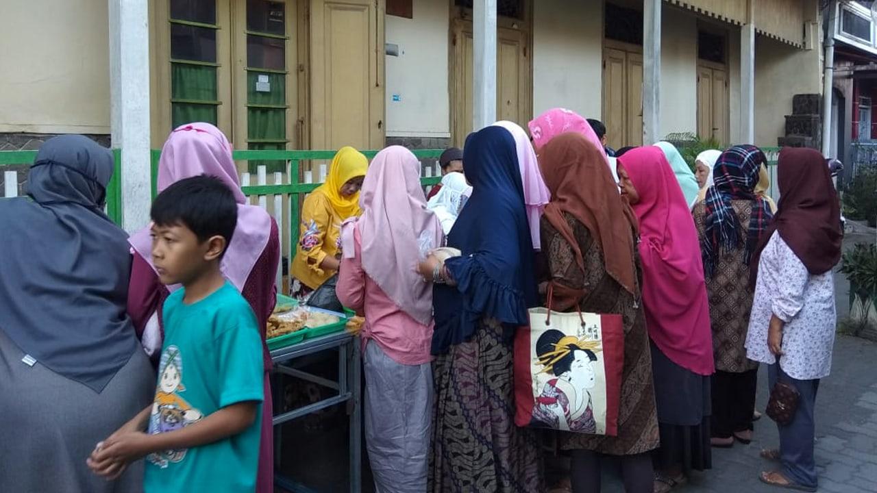 Lorong kampung Kauman Yogyakarta yang menjadi pasar pada waktu tertentu